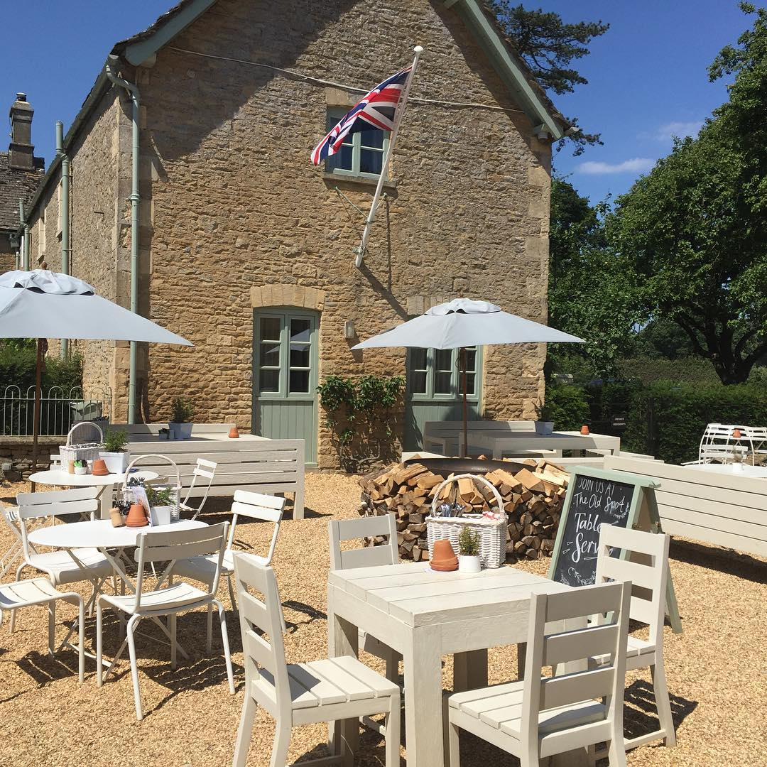 The Old Spot at the farm - perfect for lunch on a sunny day @daylesfordfarm #summer #cotswolds #summerdining #cocktails #organic #fieldtofork #seasonal