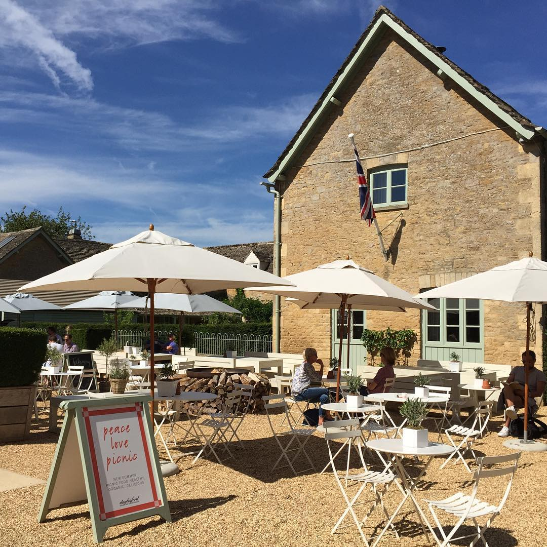 A beautiful day for lunch at the farm #theoldspot #costwolds #summer #peace #love #picnic #organic @daylesfordfarm