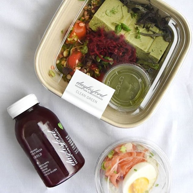 Starting the week off with a healthy Clean Green bowl from our new Daylesford to Go range and our b Bold cold press juice #Eattobehealthy #organic #nutrition #foodtogo @daylesfordfarm