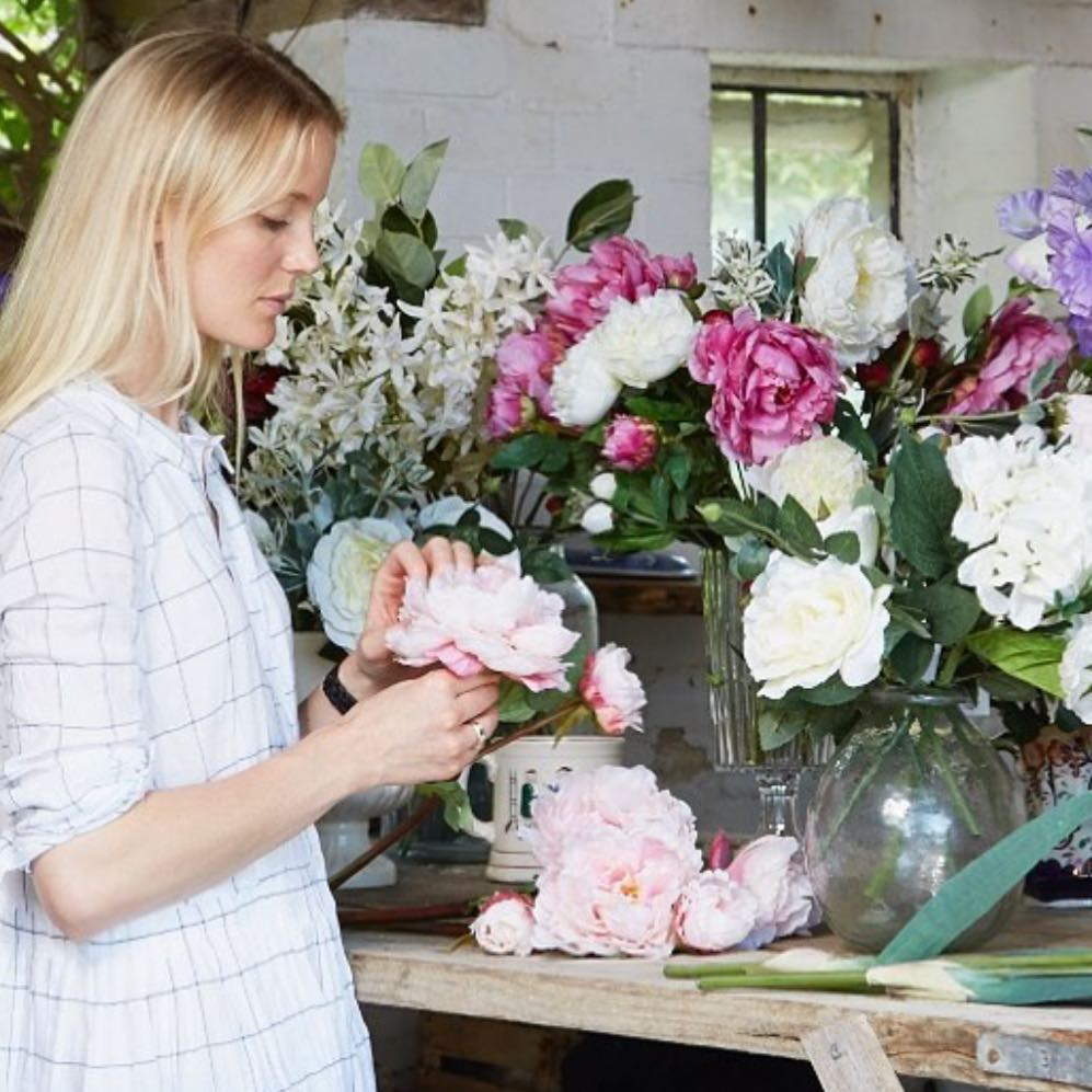 So happy to have the talentedWillow Crossley @daylesfordfarm this morning signing her latest  beautiful book Flourish @willowcrossleyflowers #cotswolds