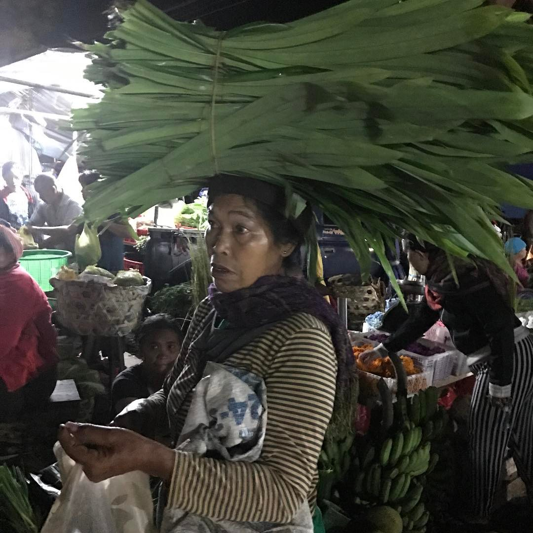 4am market bustling in Payangan #bali #besttimes #earlybird #villagelife