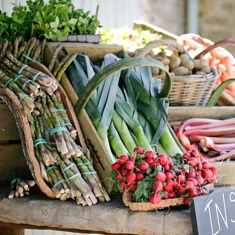 New season asparagus and crunchy radishes at the farmshop #organic #seasonal #fieldtofork #ukgrown @daylesfordfarm