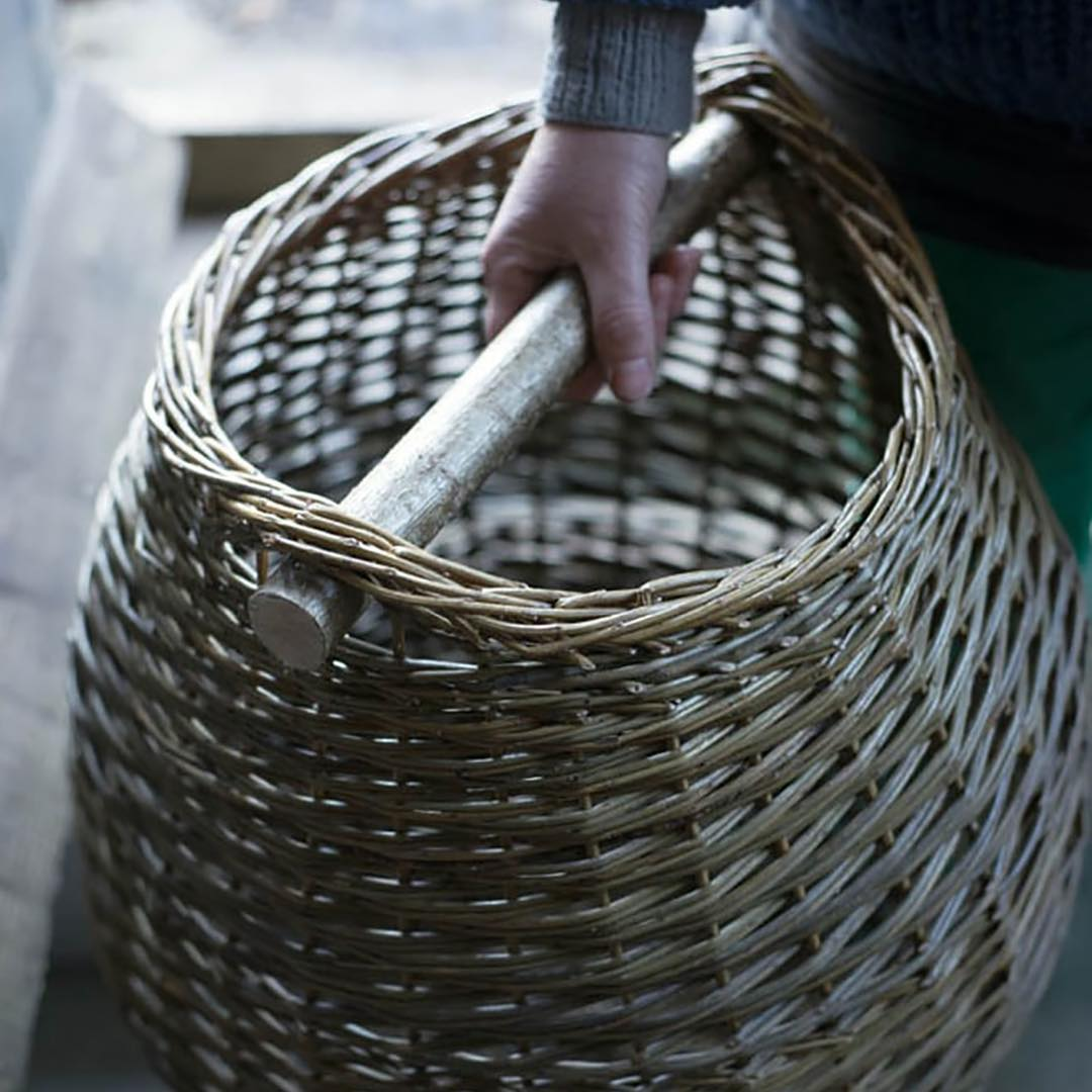 Beautiful handwoven baskets by @annemarieosullivanbaskets. Anne Marie is going to be hosting a series of basket weaving workshops with us @daylesfordfarm later in the month. So looking forward to it. I've shared more information and booking details on my blog #traditional #artisan #kindling #baskets