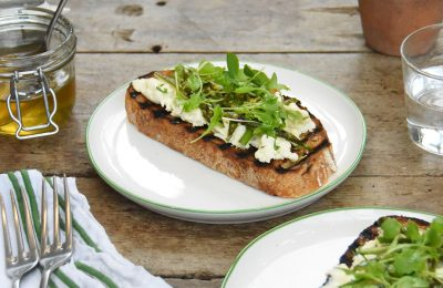 Tartine of asparagus with fresh cheese and honey